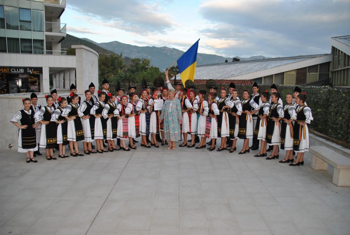 """Ansamblul folcloric """"Cununa Apusenilor"""" în pași de dans prin Serbia și Muntenegru"""