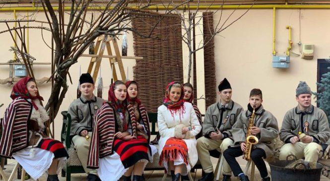 """Ansamblul Folcloric """"Cununa Apusenilor"""" al Casei de Cultură """"Dumitru Sopon"""" Gilău a pornit cu colindatul"""